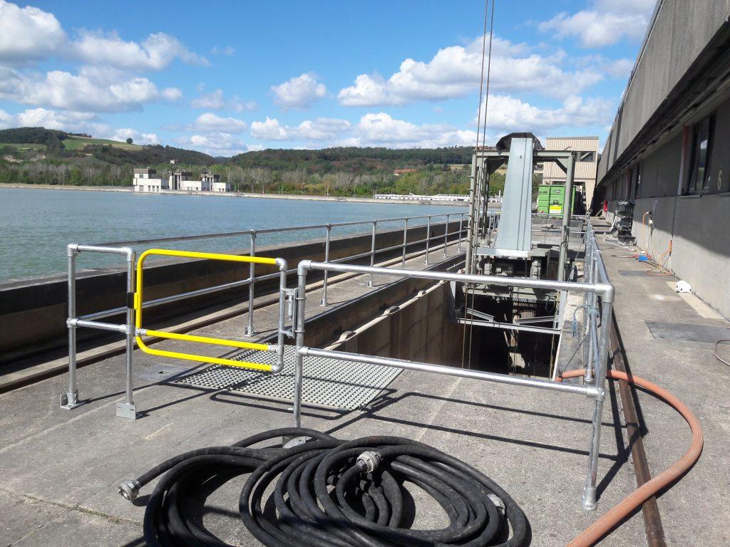 Kee Klamp Geländer und Kee Gate Sicherheitstüre schützen vor Absturz beim Rechenpodest im Wasserkraftwerk