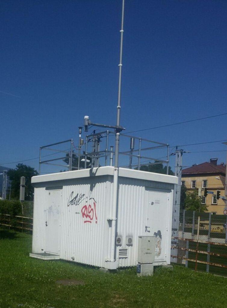 Industrie nutzt Kee Klamp. Hier Luftgütemesscontainer mit Kee Lite aufgerüstet