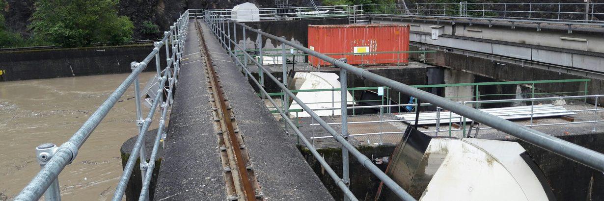 Auch bei Hochwasser sichere Überquerung im Wasserkraftwerk dank Kee Klamp Handlauf mit Brüstungsflansch